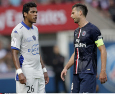 Thiago Motta head-butted by Brandao