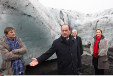 Solheimajokull: Hollande and Grimsson walking near the glacier Solheimajokull