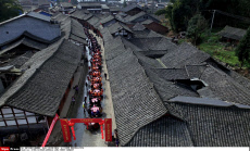China : 180 m. long street banquet in Sichuan