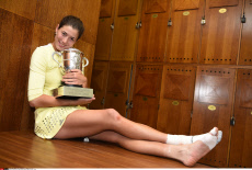 Roland Garros 2016 Garbine Muguruza poses with the trophy