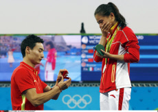 Zi He (CHN) wins silver and receives a proposal