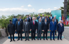 Taormina: Family photo with other participants of the G7 summit