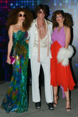 """Amal Clooney, Cindy Crawford And Rande Gerber Showing Their Disco Fashion At The """"Casamigos"""" Halloween Party In Hollywood."""