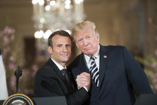 Emmanuel Macron and Donald Trump join a press conference - Washington