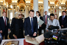 Washington french president Emmanuel Macron and the first lady, Brigitte Macron, visit the bookstore of the US Congress