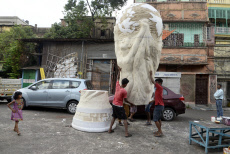 India: Artist make huge replica of World cup trophy