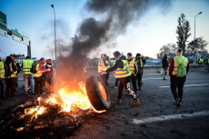 Yellow vest protest in Bordeaux's Aquitaine bridge