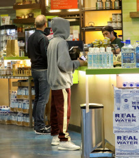 PREMIUM EXCLUSIVE Justin Bieber Stops For A Healthy Juice After Relaxing Spa Session