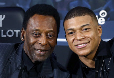 Pele meets rising star Mbappe
