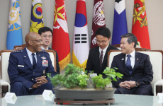 Defense chief meets U.S. Pacific Air Forces commander