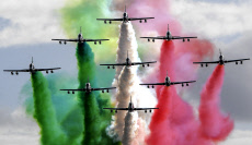Acrobatics of the tricolor arrows for the feast of the Italian armed forces