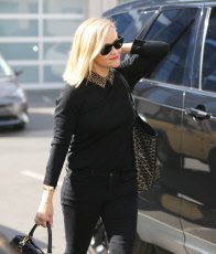 Reese Witherspoon Looking Super Chic In All-Black At Her Santa Monica Office