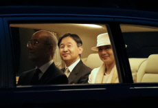 Japan's Imperial couple arrives at Ise Shrine
