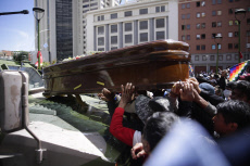 A course with coffins of died is dispersed by the Police in La Paz