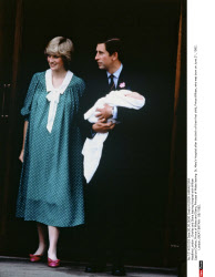 London : Charles and Diana leaving Hospital with William