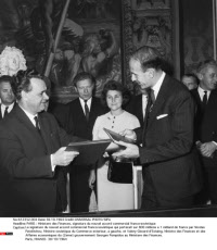 PARIS : Ministere des Finances, signature du nouvel accord commercial franco-sovietique