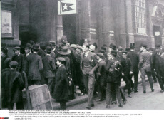 GB : crowds gathered outside the offices of the White Star Line, Shipping Disaster - The R.M.S. Titanic