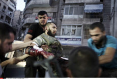SYRIA: FREE SYRIAN ARMY SOLDIERS EVACUATE INJURED