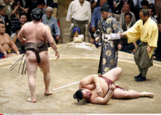 TOKYO, Japan - Yokozuna Hakuho (L) beats ozeki Kisenosato at the Summer Grand Sumo Tournament at Ryogoku Kokugikan in Tokyo on May 25, 2013. The yokozuna improved to 14-0 with one day left at the 15-day meet. (Kyodo) Photo via Newscom