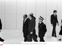 ORLY :  Giscard d'Estaing accueille le president egyptien